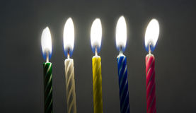 Mehrfarbige Geburtstagkerzen Stockfoto