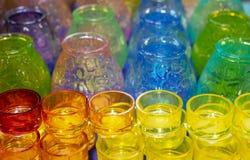 Mehrfarbige Glaskerzenhalter für Weihnachtskerzen stockfotografie