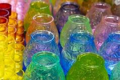 Mehrfarbige Glaskerzenhalter für Weihnachtskerzen stockfoto