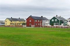Mehrfarbige Häuser in der Stadt von Vardo, Finnmark, Norwegen Lizenzfreies Stockbild