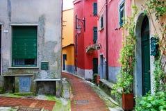 Mehrfarbige Häuser und Gebäude in einem alten italienischen Dorf stockfoto