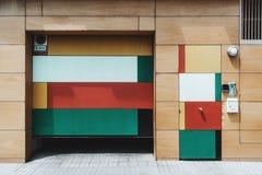 Mehrfarbige hölzerne Fassade eines Hauses mit zwei verschiedenen Türen stockbild