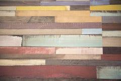 Mehrfarbige hölzerne Fliesen in einem Muster Stockfotografie