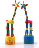 Mehrfarbige hölzerne Giraffe Lizenzfreie Stockfotos