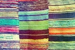 Mehrfarbige handgemachte Wolldecken als abstrakter Hintergrund Stockbild