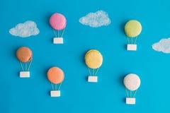 Mehrfarbige Heißluft steigt Lebensmittelabstrakten begriff im Ballon auf Lizenzfreies Stockfoto