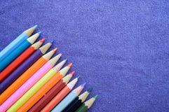 Mehrfarbige, helle, bunte Bleistifte für das Zeichnen Stockfotografie