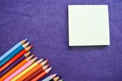 Mehrfarbige, helle, bunte Bleistifte für das Zeichnen Lizenzfreie Stockfotografie
