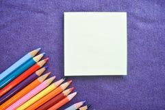 Mehrfarbige, helle, bunte Bleistifte für das Zeichnen Stockbild