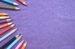 Mehrfarbige, helle, bunte Bleistifte für das Zeichnen auf das lef Stockfotos