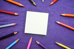 Mehrfarbige, helle, bunte Bleistifte für das Zeichnen auf das lef Lizenzfreies Stockbild