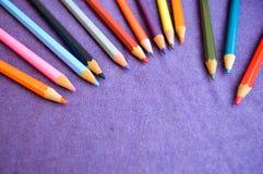 Mehrfarbige, helle, bunte Bleistifte für das Zeichnen gelegen auf die Oberseite und Platz für Ihren Text Lizenzfreie Stockfotografie