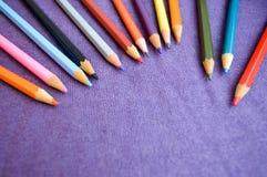Mehrfarbige, helle, bunte Bleistifte für das Zeichnen gelegen auf die Oberseite und Platz für Ihren Text Stockbild