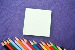 Mehrfarbige, helle, bunte Bleistifte, Notizbuch Stockbilder