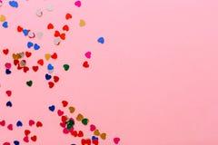 Mehrfarbige Herzen auf einem rosa Hintergrund Platz für Aufschrift stockfotografie