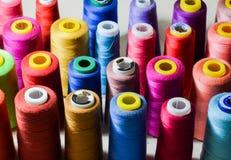 Mehrfarbige Hintergrundnahaufnahme der Nähgarne lizenzfreies stockfoto
