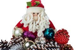 Mehrfarbige Kegel und Pelzbaumspielwaren auf dem Hintergrund eines Spielzeugs Sankt Weihnachts- und des neuen Jahresgrußkarte lizenzfreies stockfoto