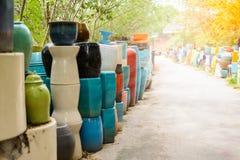 Mehrfarbige keramische Schüsseln, bunte Töpfe und Schalen oder Landarbeiter Stockbild