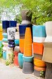 Mehrfarbige keramische Schüsseln, bunte Töpfe und Schalen oder Landarbeiter Stockbilder