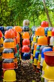 Mehrfarbige keramische Schüsseln, bunte Töpfe und Schalen oder Landarbeiter Lizenzfreie Stockfotos