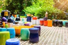 Mehrfarbige keramische Schüsseln, bunte Töpfe und Schalen oder Landarbeiter Lizenzfreies Stockfoto