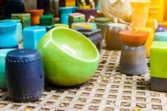 Mehrfarbige keramische Schüsseln, bunte Töpfe und Schalen oder Landarbeiter Lizenzfreie Stockbilder