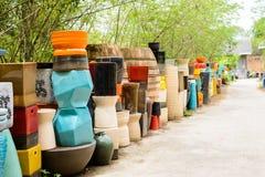 Mehrfarbige keramische Schüsseln, bunte Töpfe und Schalen oder Landarbeiter Stockfoto