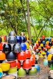 Mehrfarbige keramische Schüsseln, bunte Töpfe und Schalen oder Landarbeiter Lizenzfreies Stockbild