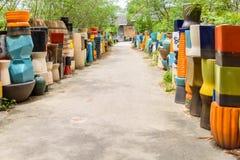 Mehrfarbige keramische Schüsseln und Schalen handgefertigt Lizenzfreie Stockfotos