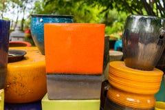 Mehrfarbige keramische Schüsseln und Schalen handgefertigt Stockbilder