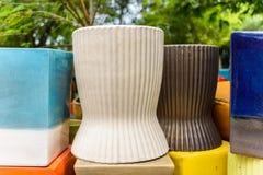 Mehrfarbige keramische Schüsseln und Schalen handgefertigt Lizenzfreie Stockbilder