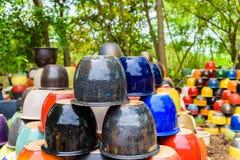 Mehrfarbige keramische Schüsseln und Schalen handgefertigt Stockfoto