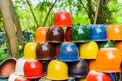 Mehrfarbige keramische Schüsseln und Schalen handgefertigt Stockfotografie