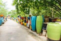 Mehrfarbige keramische Schüsseln und Schalen handgefertigt Stockbild