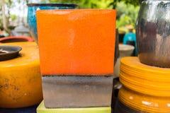 Mehrfarbige keramische Schüsseln und Schalen handgefertigt Lizenzfreies Stockfoto