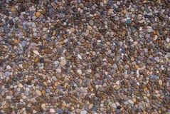 Mehrfarbige kleine Flusskiesel benutzt als Pflastersteine lizenzfreies stockfoto
