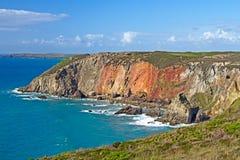 Mehrfarbige Klippen auf Nord-Cornwall-Küste Stockbilder