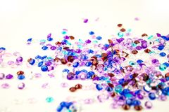 Mehrfarbige Kristalle lokalisiert auf weißem Hintergrund Abstrakter Hintergrund der Edelsteine diamant Stockfotos