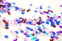 Mehrfarbige Kristalle lokalisiert auf weißem Hintergrund Abstrakter Hintergrund der Edelsteine diamant Stockfoto