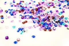 Mehrfarbige Kristalle lokalisiert auf weißem Hintergrund Abstrakter Hintergrund der Edelsteine diamant Lizenzfreies Stockbild