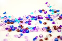 Mehrfarbige Kristalle lokalisiert auf weißem Hintergrund Abstrakter Hintergrund der Edelsteine diamant Stockbild