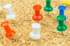 Mehrfarbige Kuppelbolzen haften in Korkenbrett Lizenzfreie Stockbilder