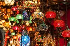 Mehrfarbige Lampen, die herein am großartigen Basar hängen Stockfotografie