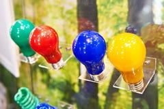 Mehrfarbige LED-Lampen an der Ausstellung stehen im Speicher Stockbilder