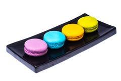 Mehrfarbige Makronen auf Schwarzblech Lizenzfreies Stockfoto