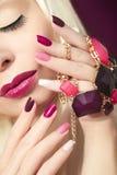 Mehrfarbige Maniküre und Make-up Burgunders stockbilder