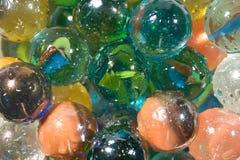 Mehrfarbige Marmore mit Tropfen des Wassers Stockfoto