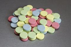 Mehrfarbige medizinische Tabletten Stockbilder