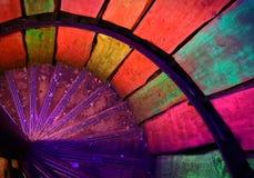 Mehrfarbige Metallwendeltreppe im alten Leuchtturm stockbild