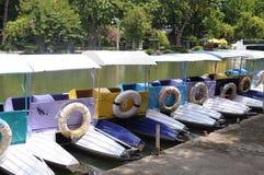 Mehrfarbige Miettretboote Lizenzfreie Stockfotos